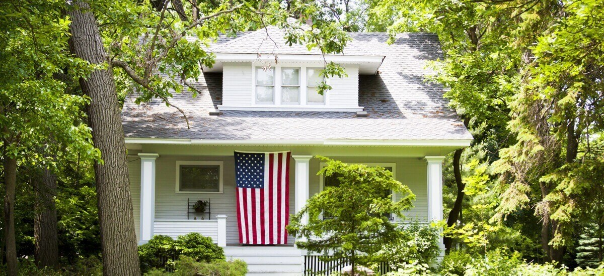 white-house-with-us-flag
